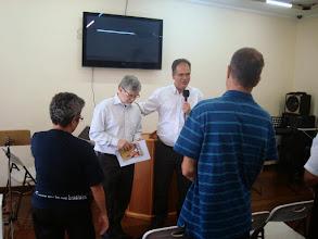 Photo: Momento de oração no encerramento do encontro com Pr. Fernando Cesar, Superintendente da Igreja do Nazareno