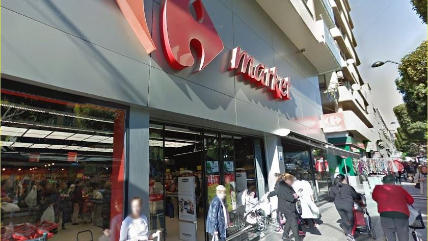Clientes en un supermercado del Paseo de Almería.