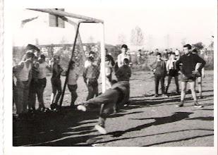 Photo: Estirada de Felipe Tascón, ante la mirada de José Mª García Trapiello y la indefensión del árbitro Domingo Iturgáiz.