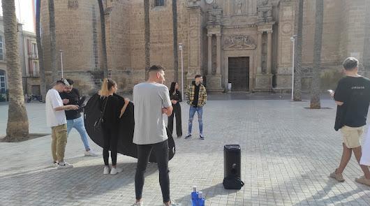 Videoclip en la plaza de la Catedral: rodaje con estrellas 'made in' Almería