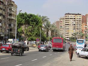 Photo: a la izquierda, un motocarro, como los de perú. en el centro no se ven pero en los barrios está lleno, ya que pueden entrar a los callejones angostos.