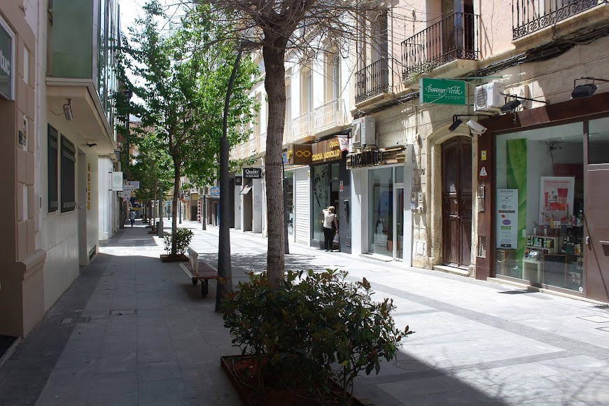 Comercios cerrados, en su inmensa mayoría, en la calle Reyes Católicos.