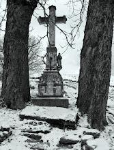 Photo: Uniemyśl - samotny krzyż - niemy świadek przemijania. Ludzi, ich radości i smutku, wspomnień i minionych czasów.