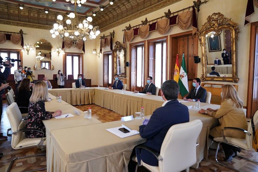 Juanma Moreno en la Delegación del Gobierno de Almería con el presidente de la Diputación, Javier A. García, y los alcaldes de municipios de más de 20.000 habitantes.