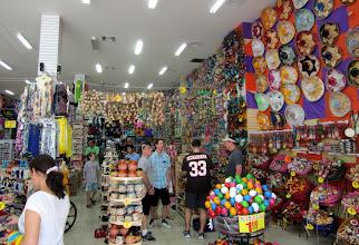 Photo: Myös sombreroja olisi ollut tarjolla - ja niitä ostettiinkin (eli lentokoneessa Miamista Pariisin niitä näkyi olevan käsimatkatavaroissa)