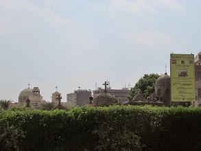 Photo: uno de los cementerios del barrio copto, visto desde afuera del muro