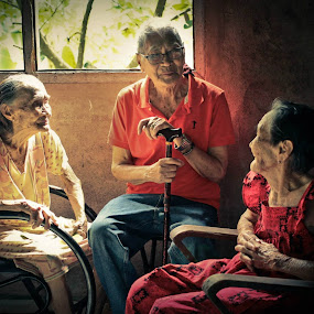 A very rare moment... and I'm so lucky to have seen this moment... san pa ko hahanap ng lolo ko na makasama nya sisters nya, he's 86 already, and her sisters 88 and 91..I remember his ate asking,  by Eric Dimaano - People Family (  )