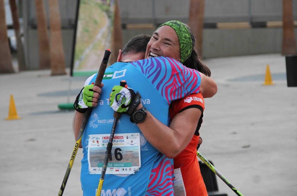 Sonia Miras, campeona, recibe un abrazo.