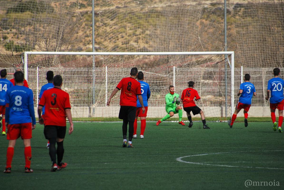 Un grupo de personas jugando partido de fútbolDescripción generada automáticamente