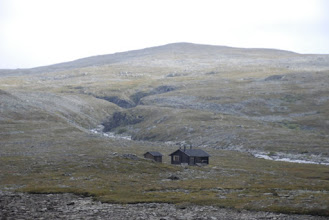 Kuva: Nimismiehen maja lähestyy, taustalla Pitsusjoen uomaa ja Vuopmegasoaivi. Jatkossa reittini kulki täältä katsottuna tunturin oikealta puolen