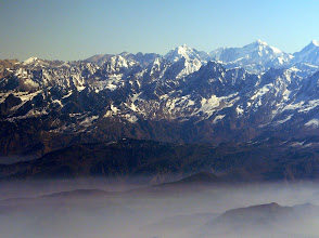 Photo: fliegt man 50 Minuten parallel zum Himalaya Hauptkamm.