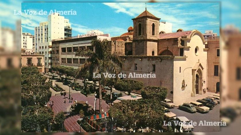 La plaza de santo domingo a finales de los años sesenta. Ya estaba construido el nuevo edificio del colegio del Milagro.