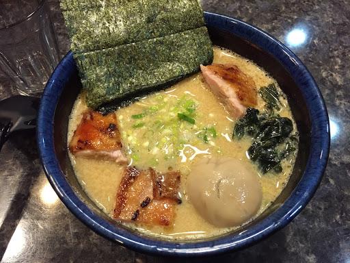 是濃厚雞湯的拉麵-但我還是愛豚骨高湯。 不過整體的表現還算不錯 湯厚實、肉香嫩, 要在來吃 我還是OK的