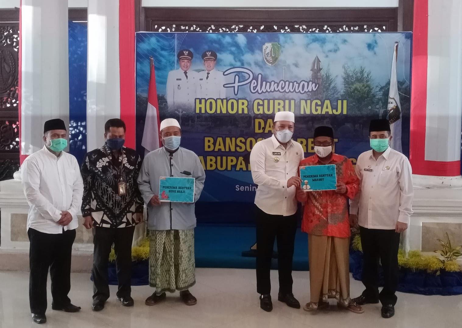 Bupati Sampang Serahkan Insentif Guru Ngaji Dan Marbot Masjid Secara Simbolis