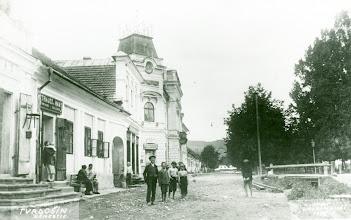 """Photo: Trojičné námestie s radnicou a obchodom """" so železom a domácimi potrebami"""" z roku 1924, potok Hlísnik prekrývala drevená lavica."""