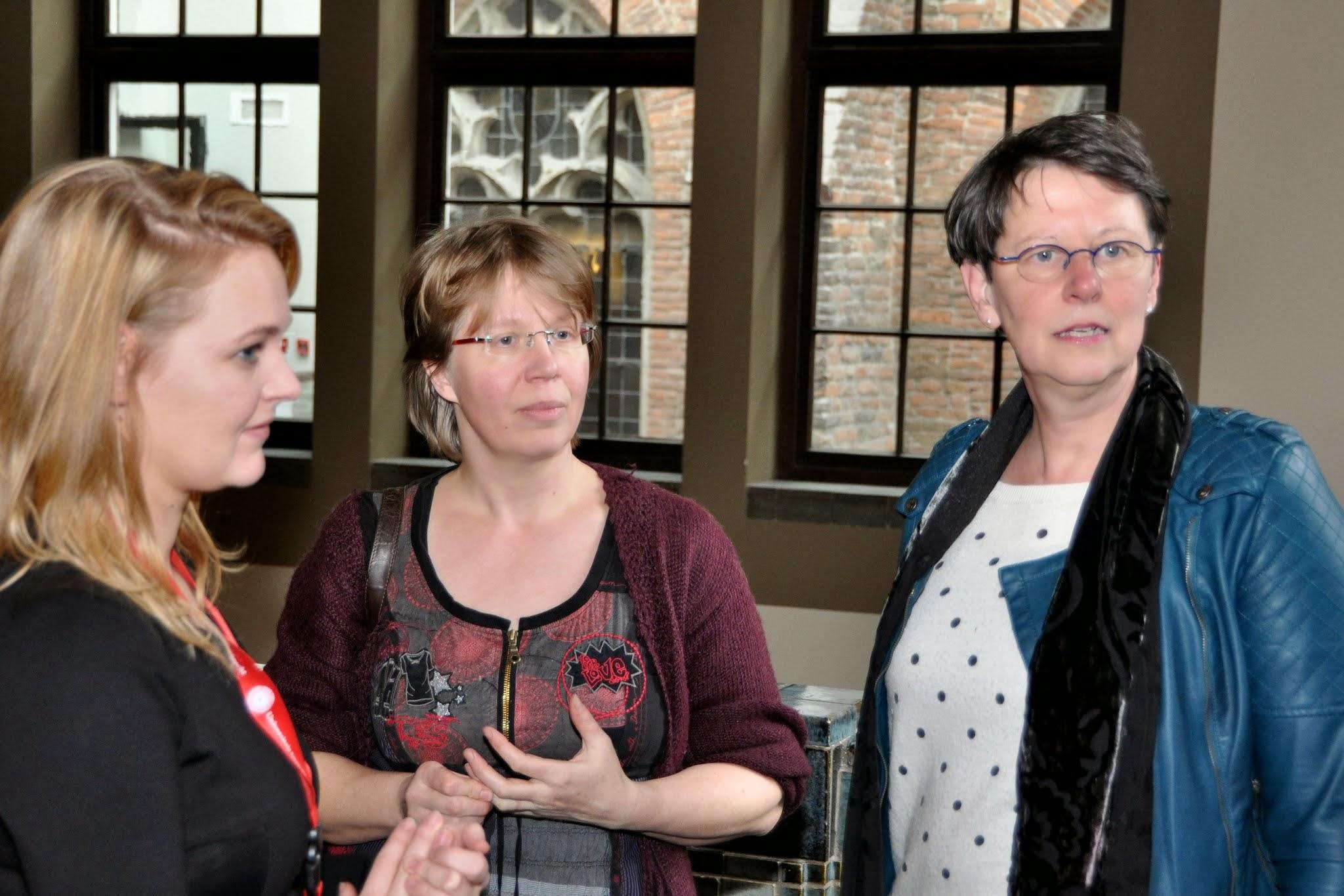 Photo: V.l.n.r: assistente pedel, Susanne de Jong - Tennekes en Riëtte Beurmanjer (beiden docent bij de 7evende Hemel)
