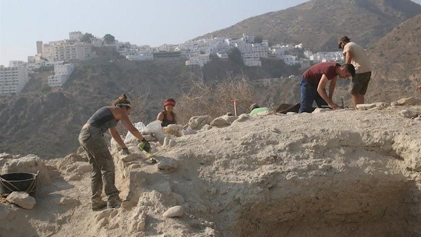 Arqueólogos de la Universidad de Granada trabajando en el yacimiento de Mojácar la Vieja.