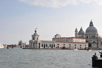 Photo: Dogana di Mare (celnice) – 17. století. S kostelem Santa Maria della Salute.
