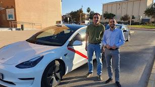 Enrique y Carlos Sánchez, junto al vehículo eléctrico.