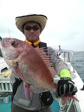 Photo: おーっと! 真鯛ではあーりませんか! それもスレ! しかも目ん玉グサリ!きれいな2kgの真鯛でした!