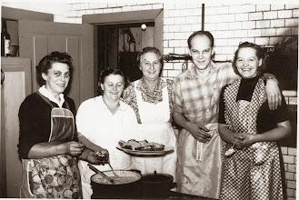 Photo: Fra Knudsens Sølvbryllup d. 2. november 1960. Dagny Dahl, Magda Tidemann, Anna Bæk, Jens Bæk, Ingeborg Olsen Indsendt af Mona Bæk