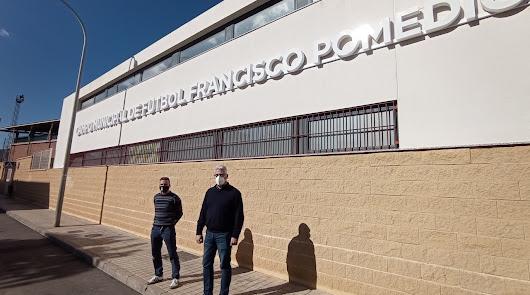 El pabellón de deportes y el campo de fútbol lucen los nombres de Paco Navarro