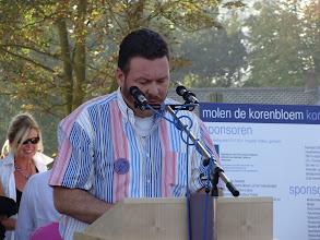 Photo: Wim Smulders overhandigde een door hem samengesteld boek aan de stichting