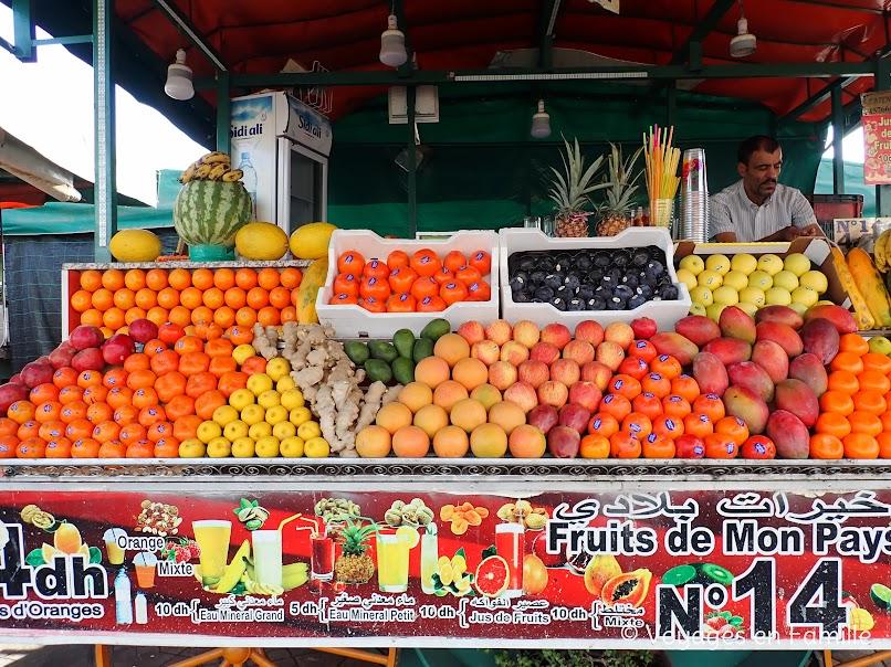 Marrakech - place Jemaa El Fna, vendeurs fruits
