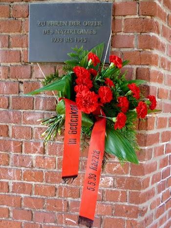 Gedenktafel mit roten Nelken.