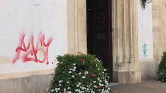 Pintadas a ambos lados del santuario de la Patrona. Imagen de Twitter de José Manuel Bretones