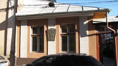 "Photo: nr.32 - Fundatia Galeria de Arta INSCRIPTIE ""Pleșa Carol Fundatia Galeria de Arta 32 1996 MCMXCVI"" Pleșa Carol...(n. Alba Iulia, 1911 – d.Cluj Napoca, 2006) http://www.modernism.ro/2011/11/15/carol-plesa-100-de-ani-de-la-nastere/  (2012.08.28)"
