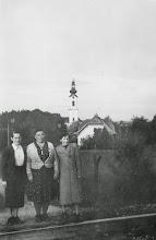 """Photo: Maridl, Ringer-Juli, Lini - und Zeller Kirchturm (""""bei der Bahn"""" am Pfarrersteig)"""