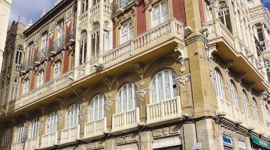 Edificio entre la calle Regocijos y la Puerta de Purchena