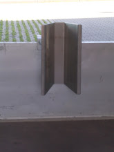 Photo: Der V-Halter Bordwand wird einfach auf die Bordwand aufgesteckt. Ziel ist es, dass das Vorderrad nach dem Verzurren sauber und gerade geführt wird und NICHT einklappen kann. Weitere Infos unter www.motomove.de.