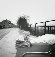 Photo: Winterhalbjahr 1957/58: In der Brinkstraße (Altenhagen) wohl nahe der Fuhrparkbrücke - mit Blick gen Hauptbahnhof. ,Tut-Züge' gucken :-)