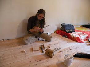 Photo: míša vyplňuje v podlaze vypadle suky a podobné nedokonalosti, abychom mohli podlahu nahotovo zbrousit a natřít olejem...