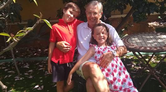 Luis con sus nietos Bárbara y Luis.