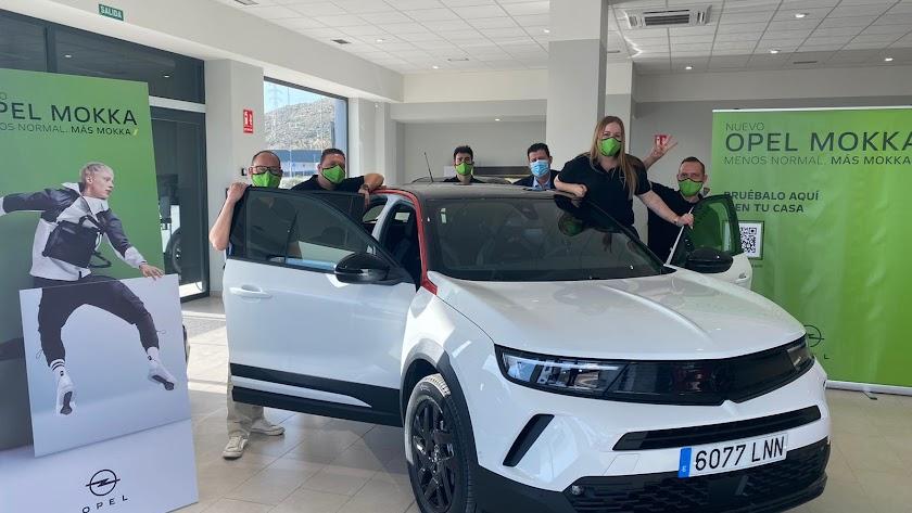 Equipo Opel en sus instalaciones de Huércal de Almería.