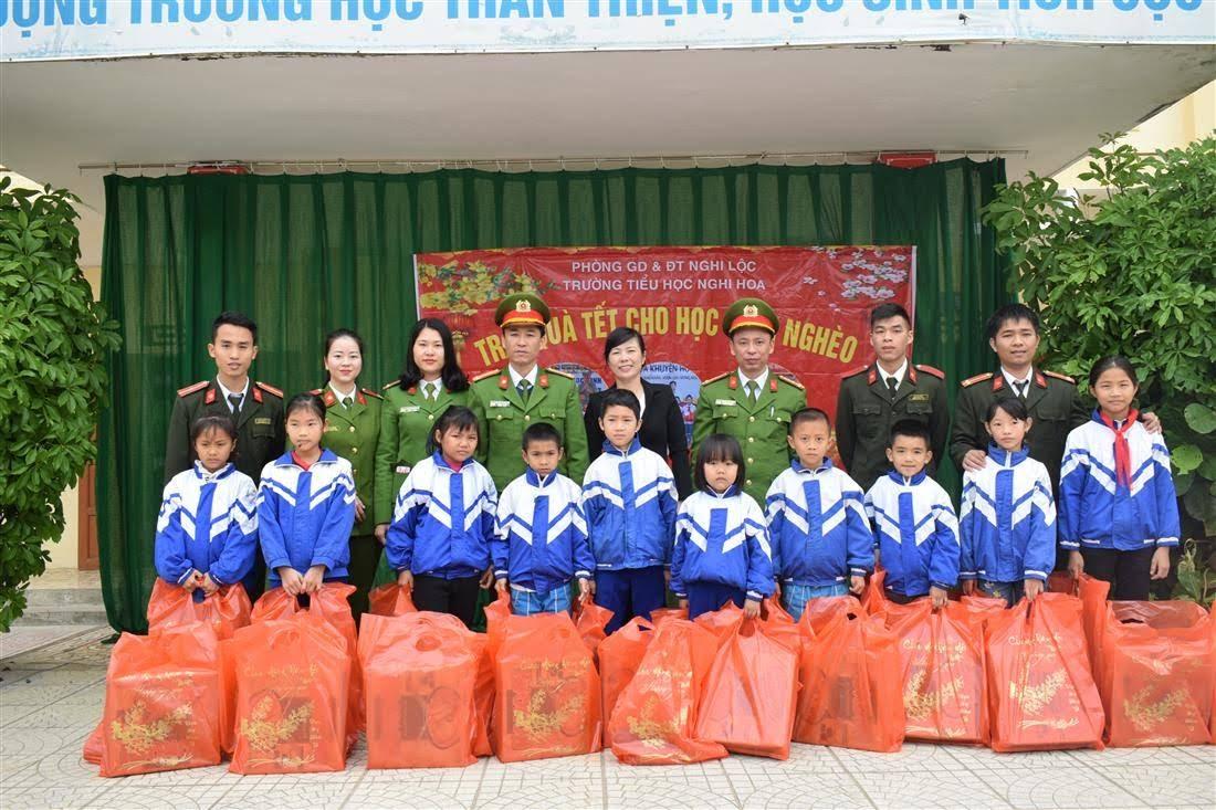 Lãnh đạo, CBCS Công an huyện Nghi Lộc trao quà cho các em học sinh có hoàn cảnh khó khăn nhân dịp Tết Nguyên đán