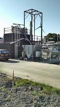 Photo: Destillatiekolom en invoerapparatuur voor bieten en maiskorrels
