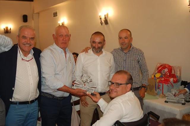 Los ciclistas del gran reto anual y sus acompañantes recogiendo un reconocimiento.
