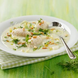 Spargelcremesuppe mit Schinken-Nockerln, Lauch und Pignoli