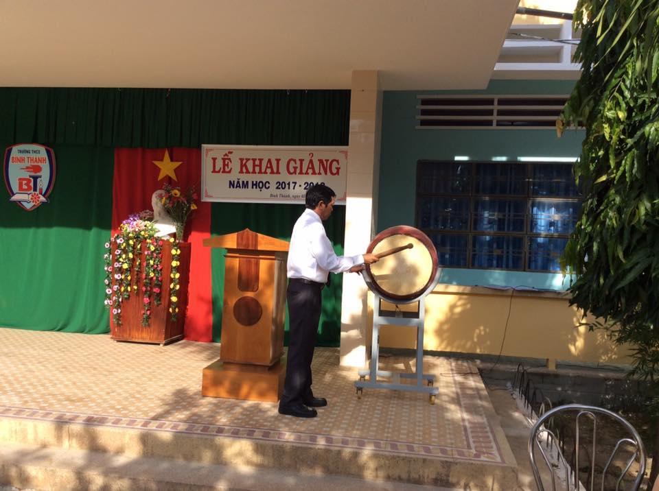 Thầy Trần Văn Nhượng- Hiệu trưởng nhà trường đánh trống khai giảng năm học 2017-2018, tiếng trống khai trường rộn ràng chào đón một năm học mới bắt đầu.