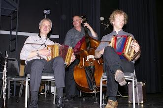 Photo: Für die Tanzfreudigen spielen Urs, Paul und Simon spontan zum Tanz auf. Eine grossartige Geste!