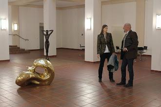 """Photo: Doreen Wolff im Gespräch zur Eröffnung der Ausstellung """"Paar-a-dox"""", Plastiken von Thomas Reichstein"""