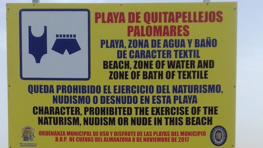 Cartel que prohíbe el nudismo en Palomares.