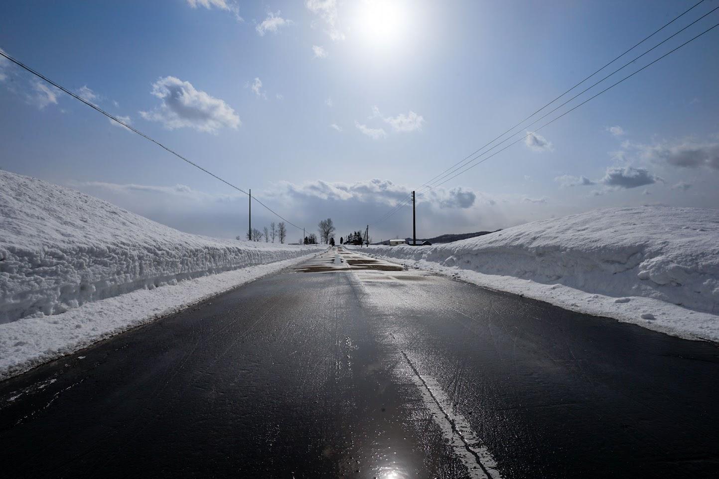 道路の雪を溶かす春の陽