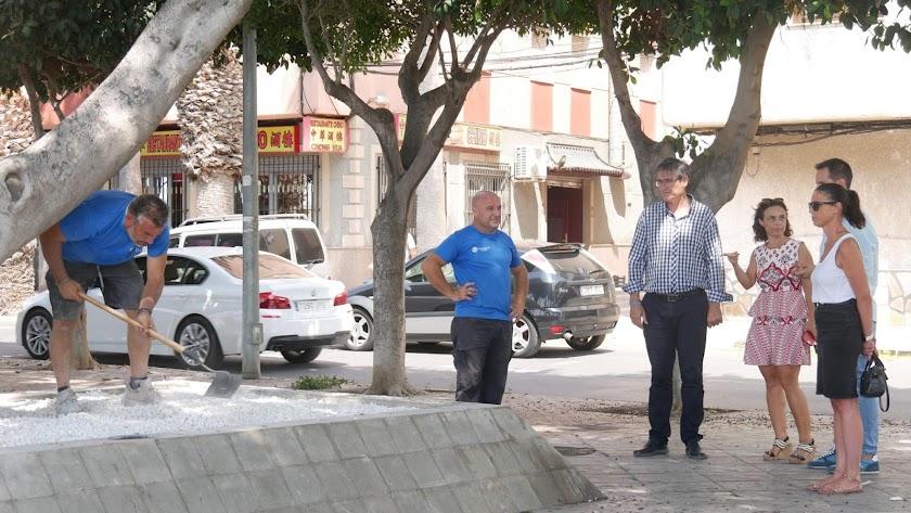 Visita del alcalde y concejales a los trabajos realizados en el Parque del Puerto.