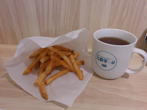 店員很親切!韓國炒拉麵好吃😋 紅茶好喝 是像古早味紅茶那樣❤️❤️