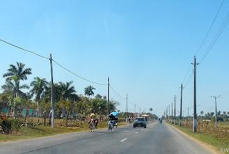 Photo: Кубинская деревня, авто на встречной - рентованый туристами.